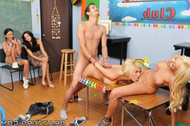 Две лесбиянки трахнулись с парнем