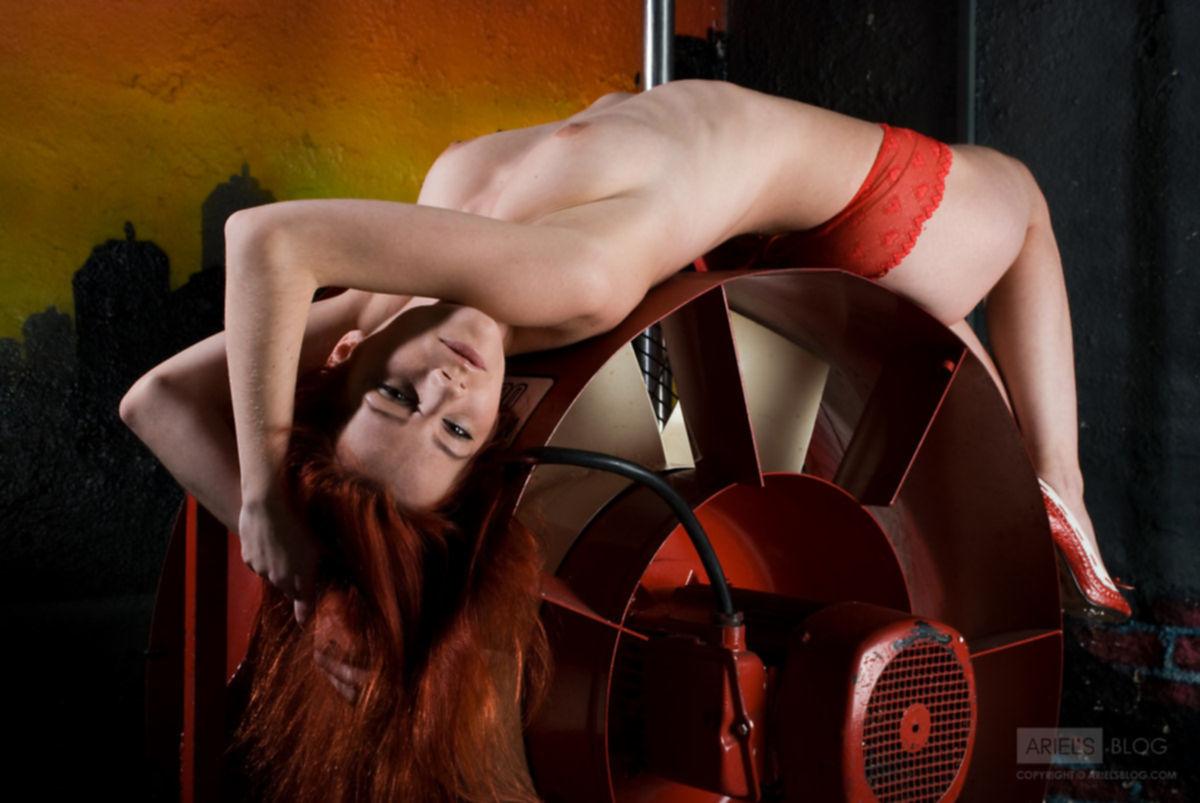 Девка и огромный вентилятор