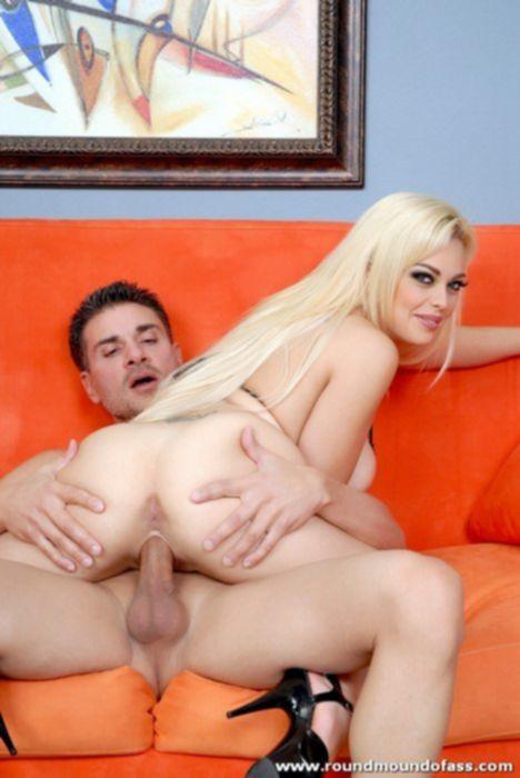 На красном диване