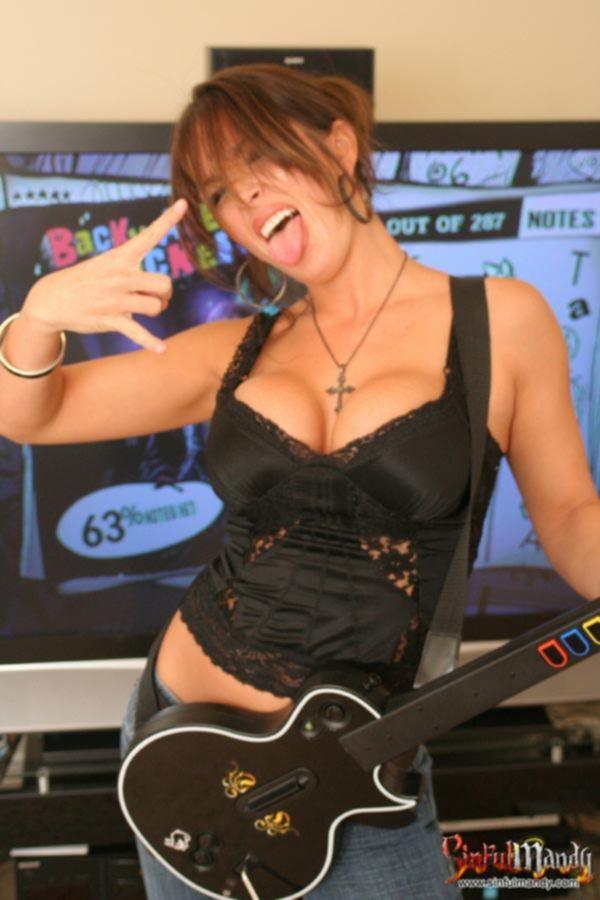 Играющая на гитаре