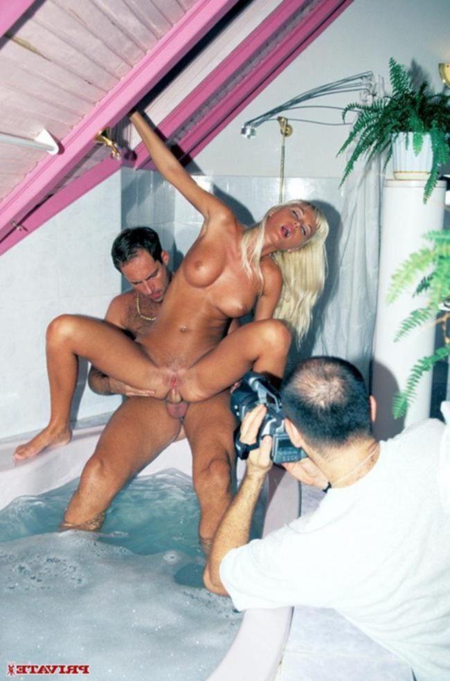 Крошка отдается мужику в ванной