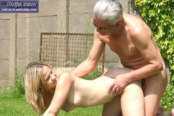 Седой дедушка ебёт молодую внучку