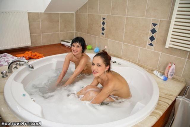 Две подружки в ванной